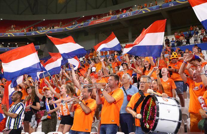 Oranje-fans in het stadion van Lyon tijdens Nederland - Zweden.