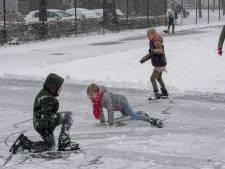IJzers onder en sneeuwruimer in de aanslag: buurt zorgt in Ochten zelf voor ijspret