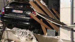 Wagen knalt door gevel van glasbedrijf, inzittenden als bij wonder ongedeerd