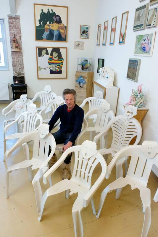 Gerrit van Middelkoop in de expositieruimte bij zijn jongste creatie: de mens-stoelen.