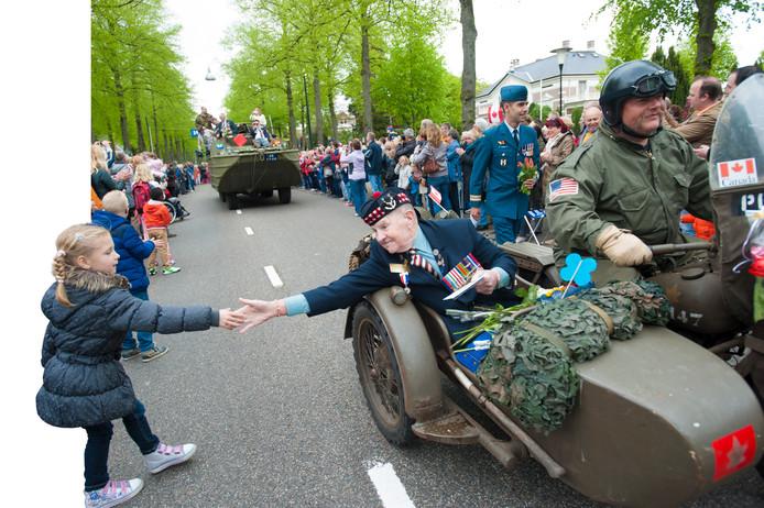 In 2015 kwamen er nog veteranen die in de Tweede Wereldoorlog hebben meegevochten naar Apeldoorn. De komende jaren wordt op meerdere manieren de verbinding tussen het oorlogsverleden, heden en toekomst gezocht. foto Maarten Sprangh
