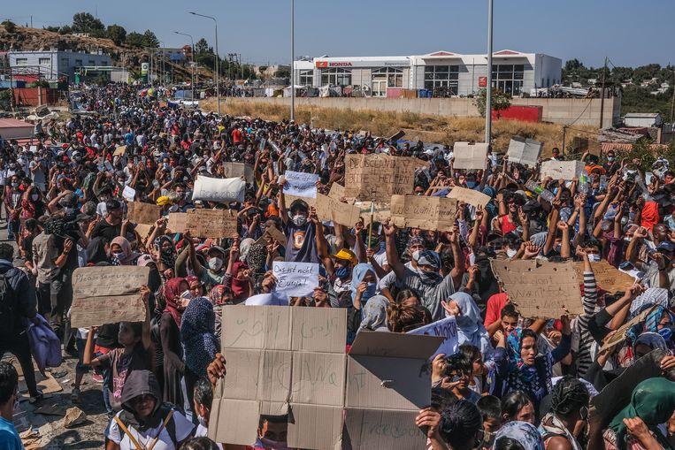 Asielzoekers demonstreren tegen de leefomstandigheden op Lesbos na de brand in kamp Moria. Beeld Joris Van Gennip