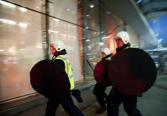 2011: Een half uur voor het begin van de wedstrijd Feyenoord - De Graafschap hebben zich zaterdagavond enkele rellen bij stadion De Kuip voorgedaan. Een groep van een paar honderd boze supporters dreigde het Maasgebouw te bestormen.