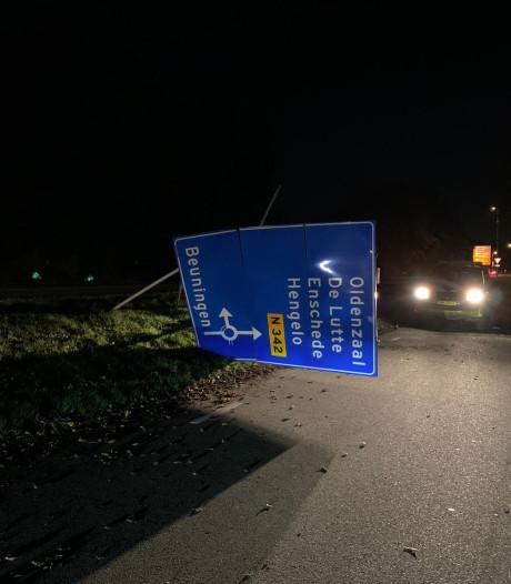 Automobilist ramt verkeersbord bij Denekamp en rijdt door
