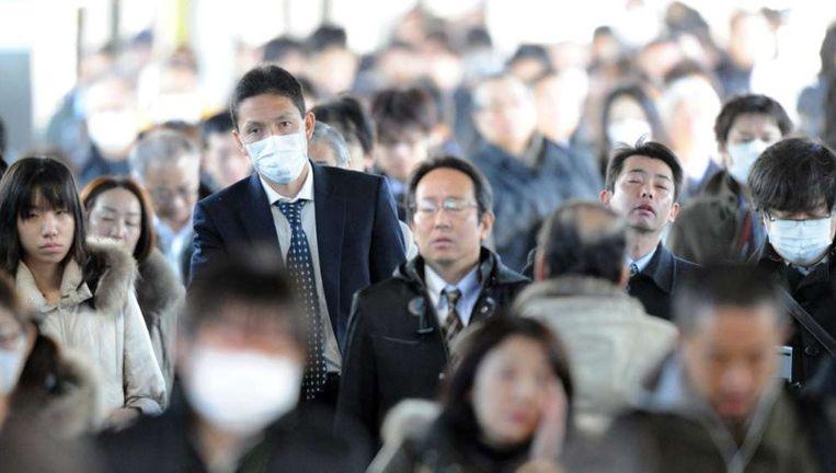 Japanse forenzen: ze werken hard, maar de economie is desondanks niet vooruit te branden. Het wachten is op impulsen van buitenaf. ©EPA Beeld