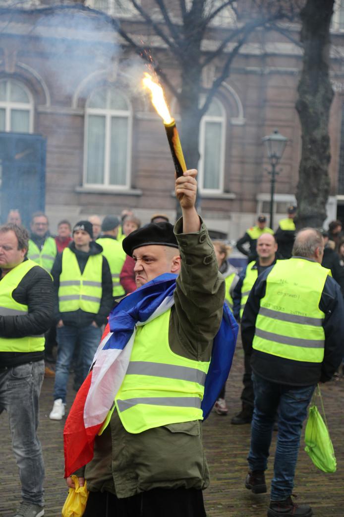 Meer dan honderd gele hesjes verzamelden zich op het Plein in Den Haag