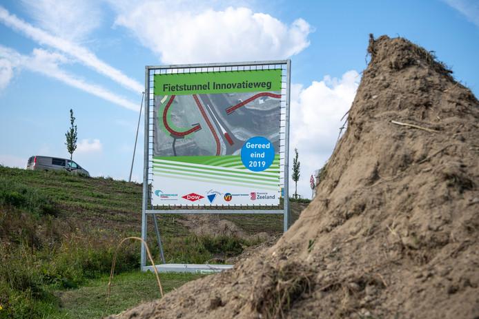 Bouwbord fietstunnel Innovatieweg, 'gereed voorjaar 2019' stond er eerst op, dat is aangepast.