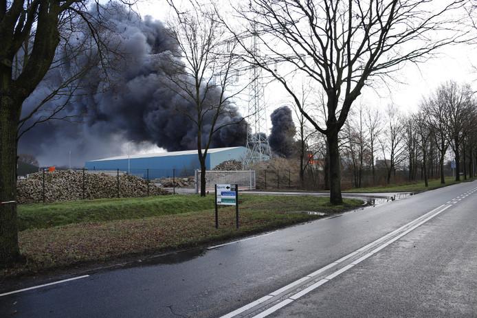 De grote brand bij het recyclingbedrijf in Venray zorgt voor veel rook.