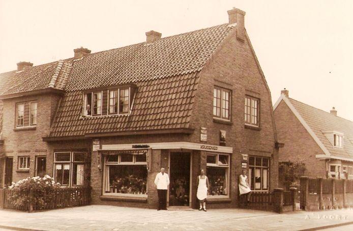 Vroeger was er bijna op iedere hoek van de straat een kruidenierswinkel te vinden. Op de kruising van de Jan Steenstraat en de Van Woustraat konden buurtbewoners in de jaren 50 en 60 voor hun dagelijkse boodschappen terecht bij Renger v.d. Kamp.