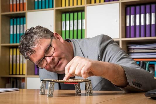 Wico Ankersmit legt de ingewikkelde vloer van het X-gebouw uit