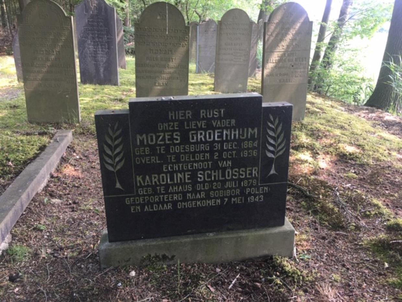 Het graf van Karoline Schlösser en Mozes Groenhijm op de Joodse begraafplaats in Delden. Beeld Wim Boevink