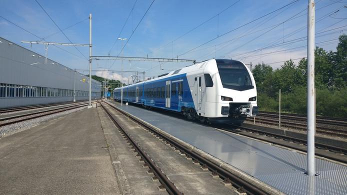 Dit is hem. De Blauwe Flirt die gaat rijden op de lijn Zwolle-Kampen. Fonkelnieuw, gisteren gepresenteerd door fabrikant Stadler.