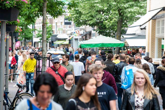 Drukte in de binnenstad van Apeldoorn, vandaag. Burgemeester Ton Heerts riep mensen op weg te gaan.