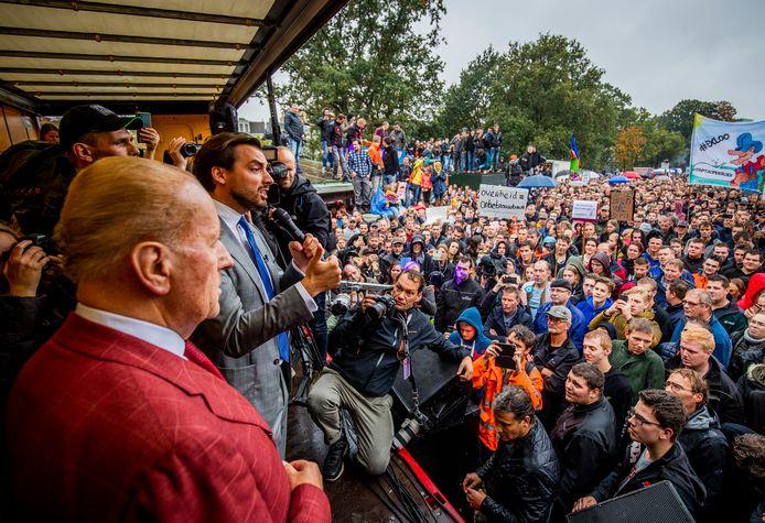 Thierry Baudet spreekt een groep boeren toe tijdens een protest in Den Haag.