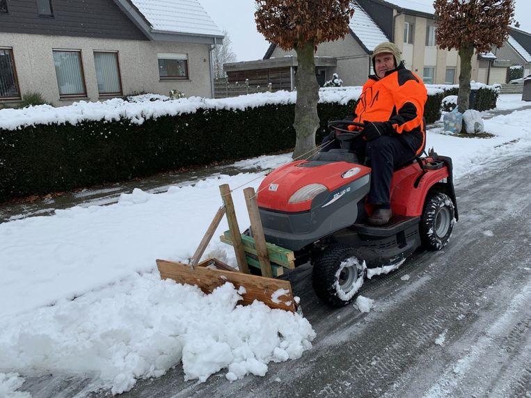 Marnix Willems op zijn zelfgemaakte sneeuwruimer.