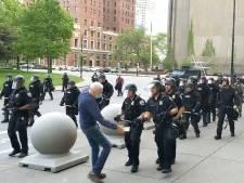 57 agenten stappen op om schorsing collega's die 75-jarige man duwden