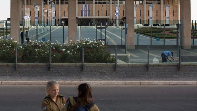 Archieffoto: Israëlische soldates voor het Knesset-gebouw.