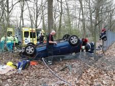 Automobiliste belandt ondersteboven op terrein kazerne Oirschot