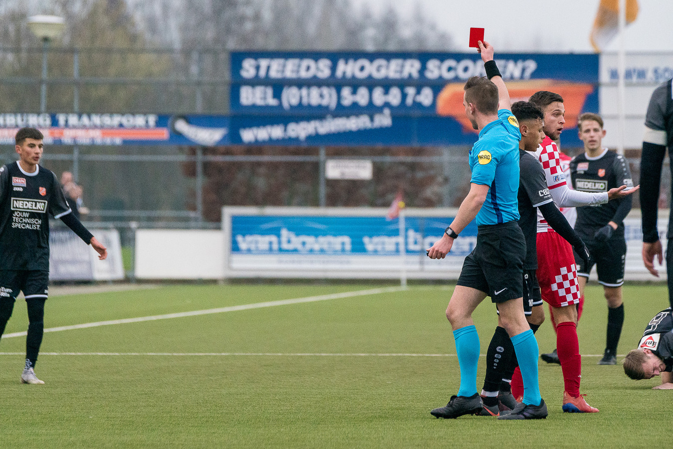 25-01-2020: Voetbal: Kozakken Boys v Jong Volendam: Werkendam 2e divisie Amateurs 20192020 L-R Luuk Timmer scheidsrechter geeft rode kaart aan Mark Veenhoven van Kozakken Boys