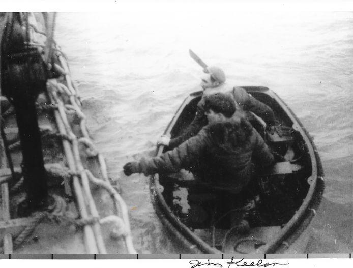 De Amerikaanse vliegenier Jim Keelan wordt aan boord gebracht van het reddingschip nadat hij in februari 1945 in de Noordzee is terechtgekomen.