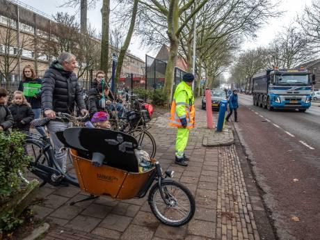 Het grote graven is begonnen: de ene na de andere zandauto doet station Zwolle aan