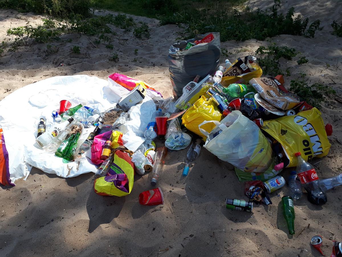 De stapel afval in de Biesbosch.