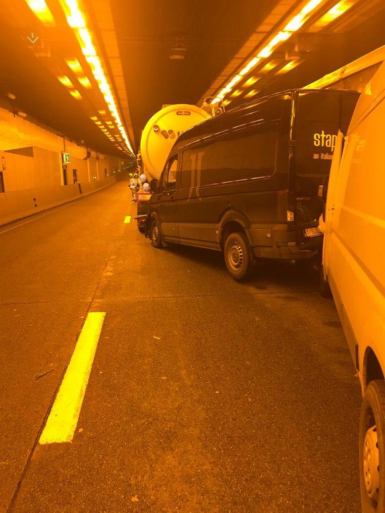 Op de Antwerpse Ring aan de inrit van de Kennedytunnel vond een ongeval plaats met verschillende wagens en vrachtwagens.