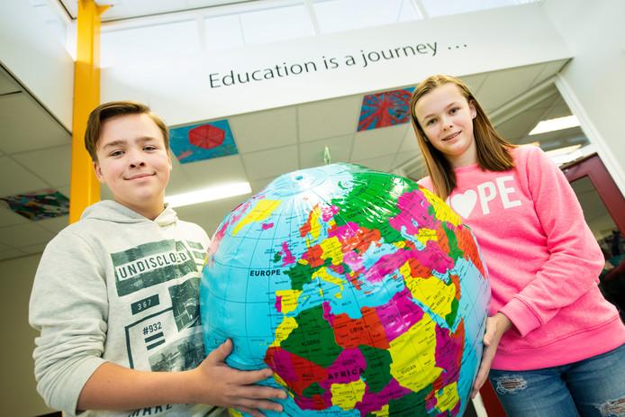 Eddie van Hout en Anna Spijkerman zijn blij met de lessen wereldburgerschap op Veluws College Mheenpark.