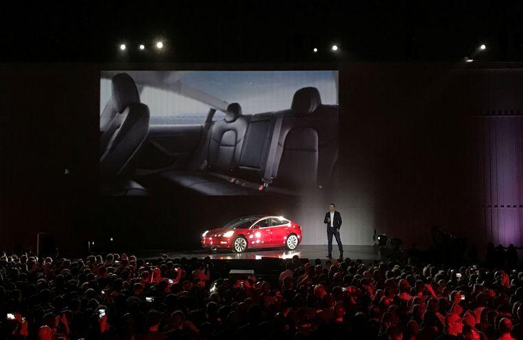 Tesla-baas Elon Musk zag het verlies afgelopen kwartaal oplopen tot ruim 675 miljoen dollar, nadat in het derde kwartaal al het grootste verlies ooit was neergezet. En daar zit de sputterende productie van het Model 3 voor veel tussen.
