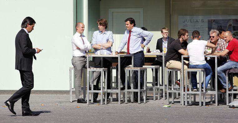 Kantoorpersoneel in de zon in het zakendistrict de Zuidas Beeld null