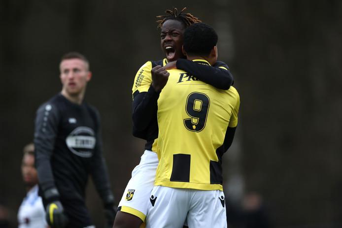 Richie Musaba en Richonell Margareth vieren de goal voor Jong Vitesse  tegen FC Lienden.