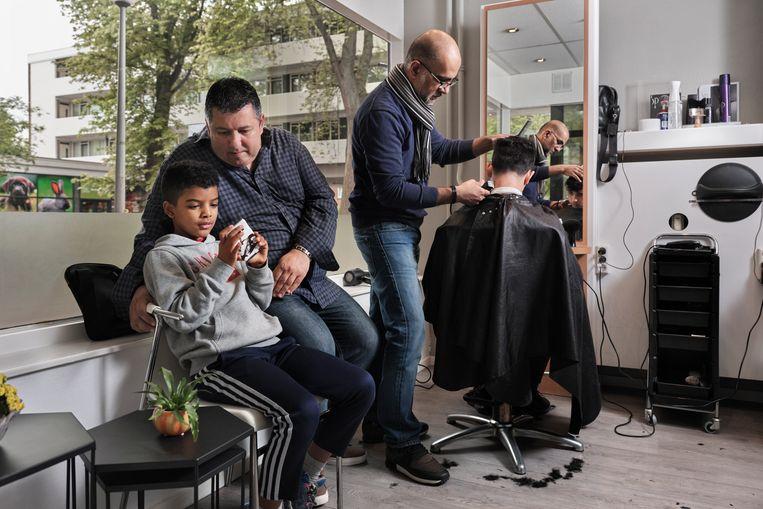 Robert Vuijsje met zonen bij de kapper. Beeld Erik Smits