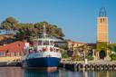 Een ferry legt aan op Bendor.