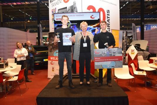 De trotse winnaar met zijn prijs 'Autotechnicus van de toekomst´