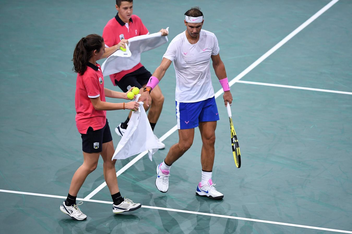 Rafael Nadal krijgt een nieuwe handdoek tijdens het ATP-toernooi van Parijs, vorige week. Tijdens de Next Gen ATP Finals moeten spelers hun handdoek na gebruik zelf in een rek hangen.