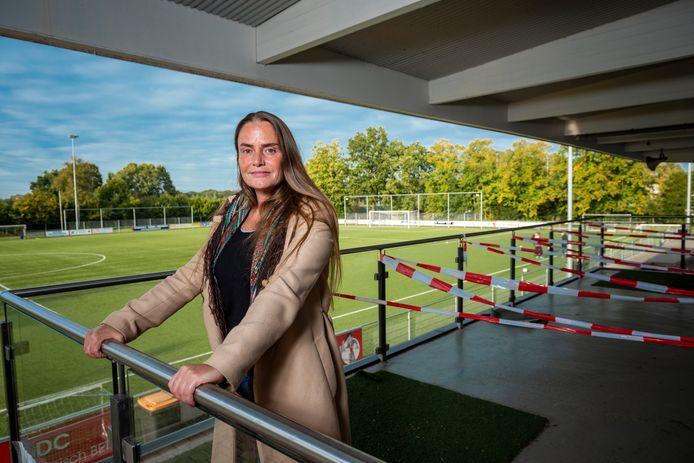 Mental coach Laura Sanna uit Deventer pleit er al langer voor om kinderen alleen de club te laten oplopen.