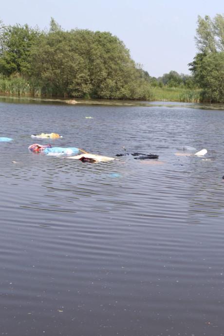 Onbekenden dumpen complete huisraad in rivier de Regge bij Enter