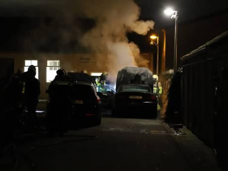 Brand verwoest Audi, BMW en Mercedes bij autobedrijf in Apeldoorn: 'Uitgerekend de drie duurste auto's op het terrein'