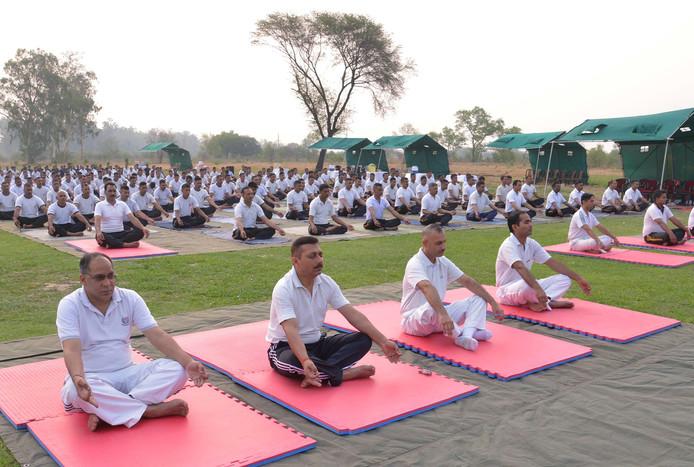 Het Indiase leger van Khasa, Amritsar begint de dag met een yogasessie.