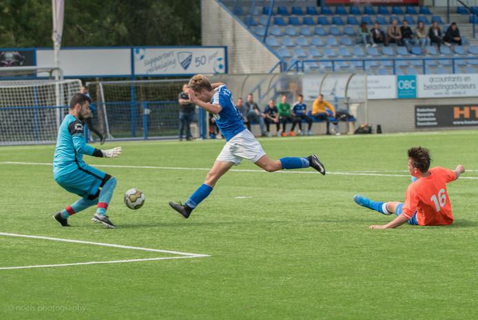 Het zaterdagteam van Woezik (blauw shirt) haalde in 2019 gemiddeld de meeste punten per wedstrijd van alle amateurvoetbalploegen in de regio Nijmegen.