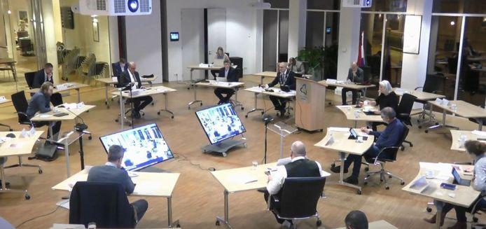 De gemeenteraadsvergadering van 15 december 2020 in Almkerk. (Screenshot).