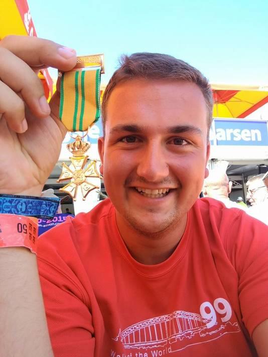 Sjoerd Beelen toont trots zijn Vierdaagsekruisje. Om zijn pols zit nog het blauwe campingbandje van de Zwarte Cross.