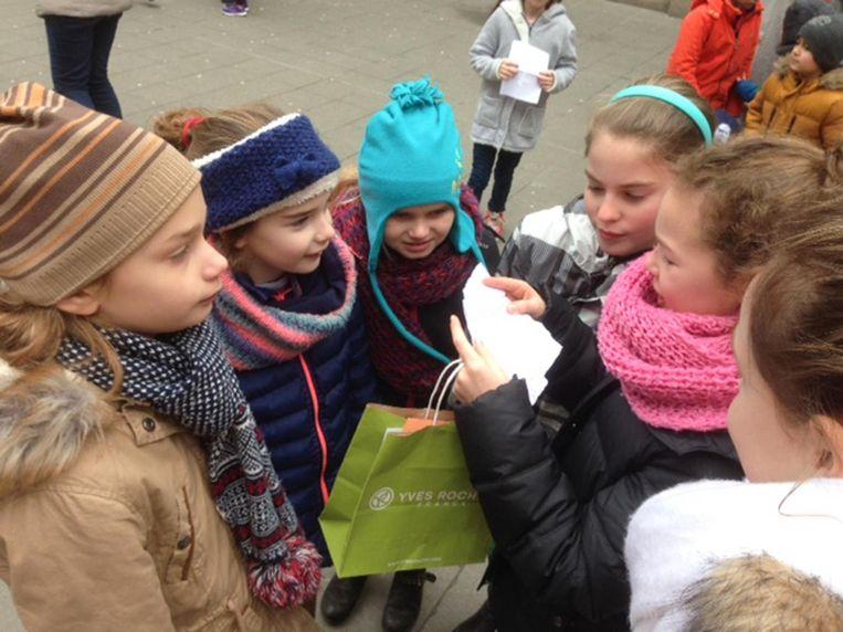 Kinderen luisteren geboeid naar elkaars gedichtjes.