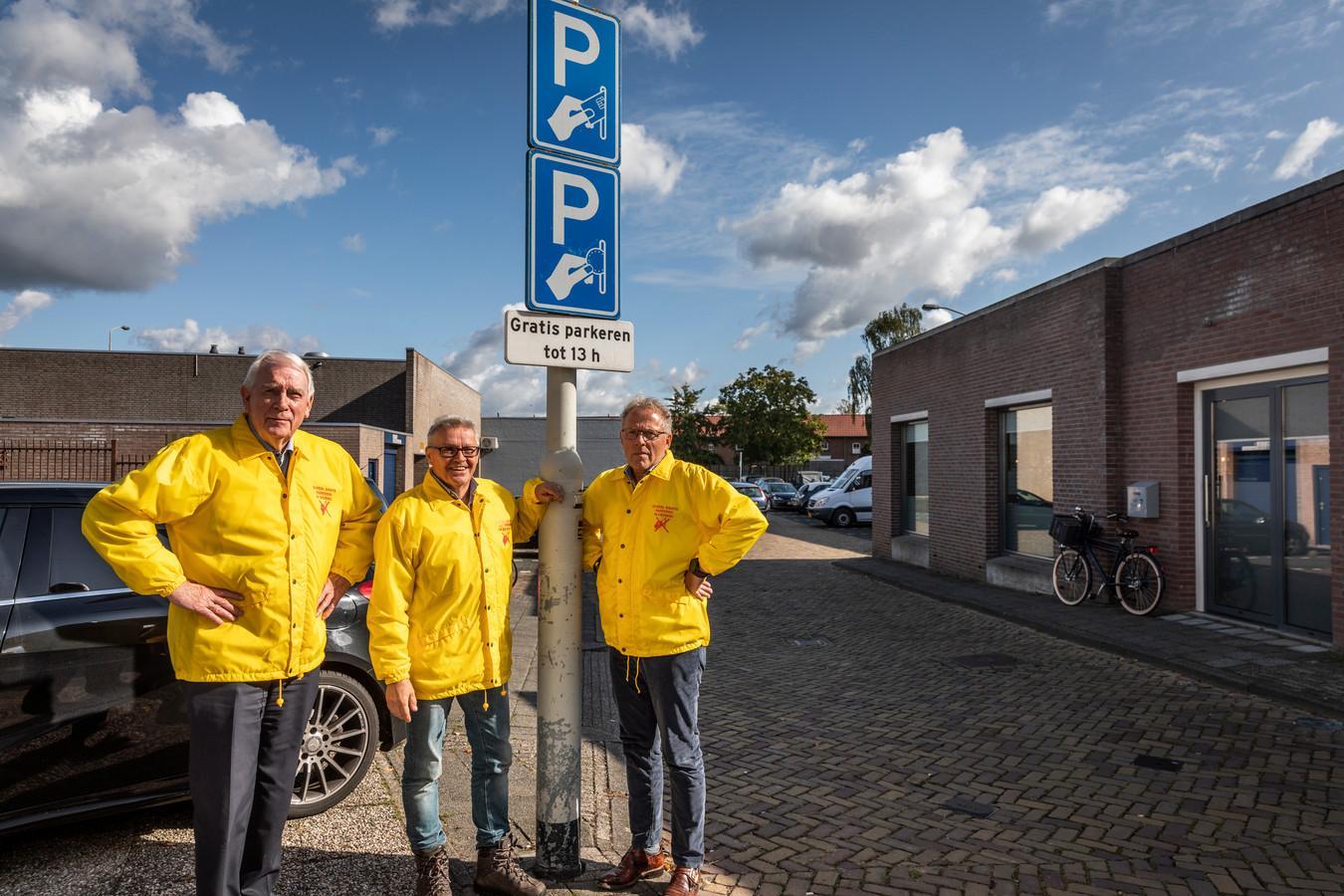 Jos Braam, Cor van der Steijn en Wil Olde Hampsink tijdens de actie voor gratis parkeren in het centrum van Deurne.