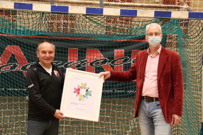 De heer Erik Bobeldijk, voorzitter van Paleis van de Verdraagzaamheid overhandigt de award aan Auni Kandemir