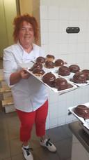 Rita van der Aa met een deel van de Bossche Bollen tijdens een workshop.