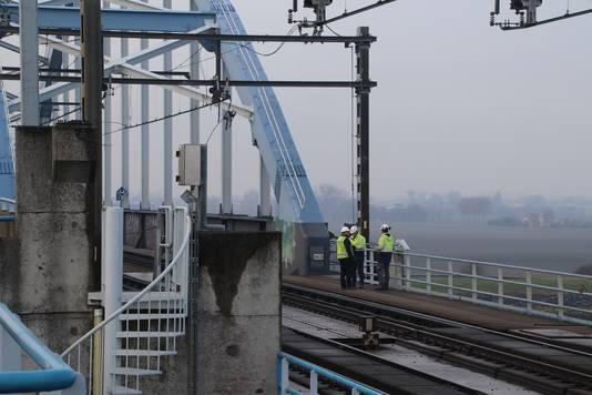 Het defect zit in de bovenleiding bij de spoorbrug over het Kanaal door Zuid-Beveland.