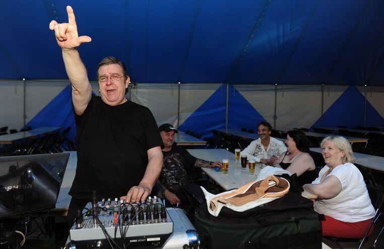 DJ Eddy hield er na al die jaren duidelijk een hem typerend handgebaar aan over.