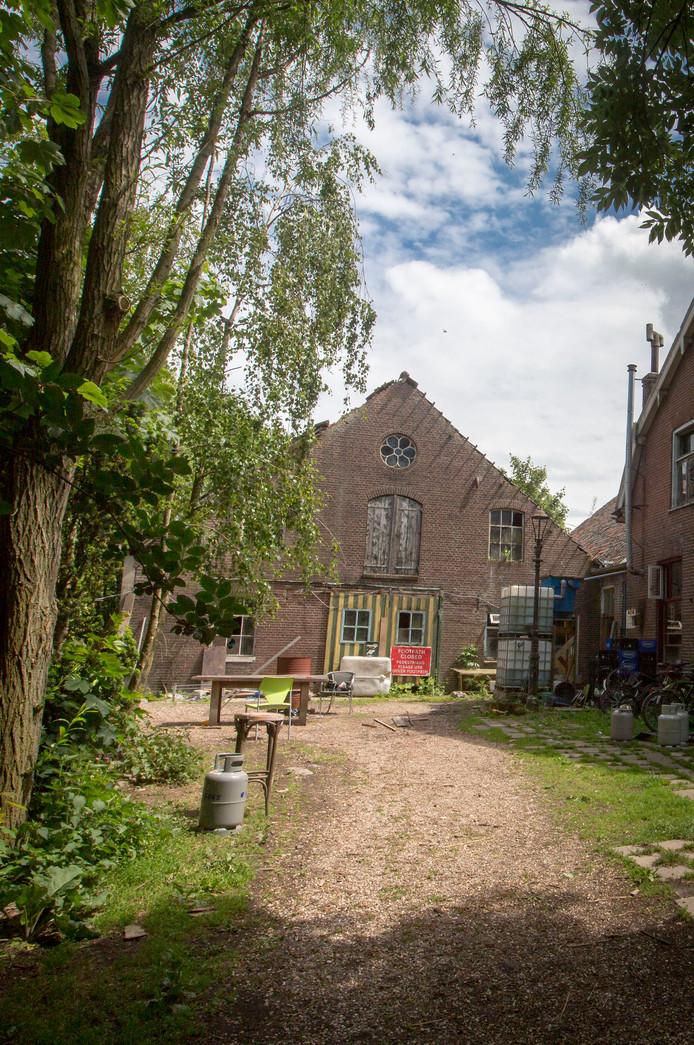 De vervallen boerderij Rijzenburg is al jaren een doorn in het oog voor veel Elstenaren.