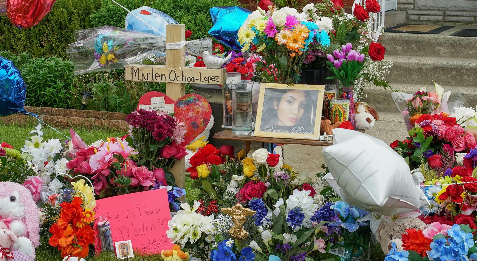 Bloemen ter nagedachtenis van de vermoorde Marlen Ochoa-Lopez.